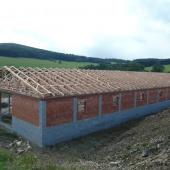 Moderní hala pro ustájení dobytka s krovem z příhradových vazníků Tesario