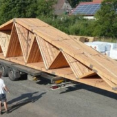 Délka 20 metrů je u příhradových vazníků už na hraně rozumné přepravitelnosti - delší se většinou montují z více dílů až na stavbě