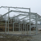Stavíme novou halu pro výrobní linku tesařských konstrukcí.
